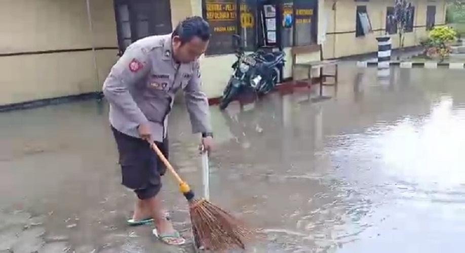 Bertahun-tahun jalan di depan kantor Polsek Kalibaru kebanjiran & Jalan Raya Jember-Banyuwangi Timur Koramil Kalibaru Kebanjiran akibat hujan deras