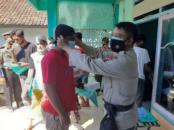 Kanit Binmas Memberikan Himbauan Prokes dan Memberikan Masker kepada Warga yang Tak Memakai Masker