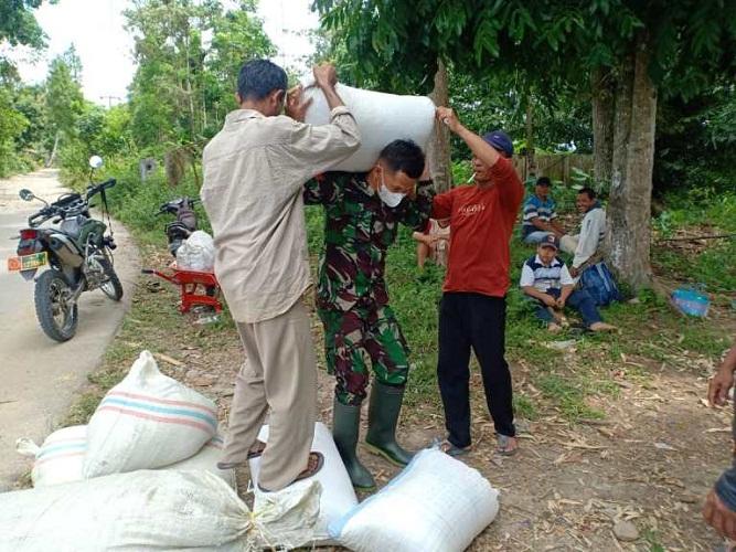 Kiat Personel Satgas Rebut Hati Rakyat di Lokasi TMMD Kodim DS
