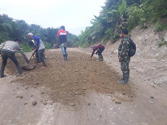 Lancarkan Distribusi Darat, Jalan TMMD Terus Dipadatkan dengan Sirtu