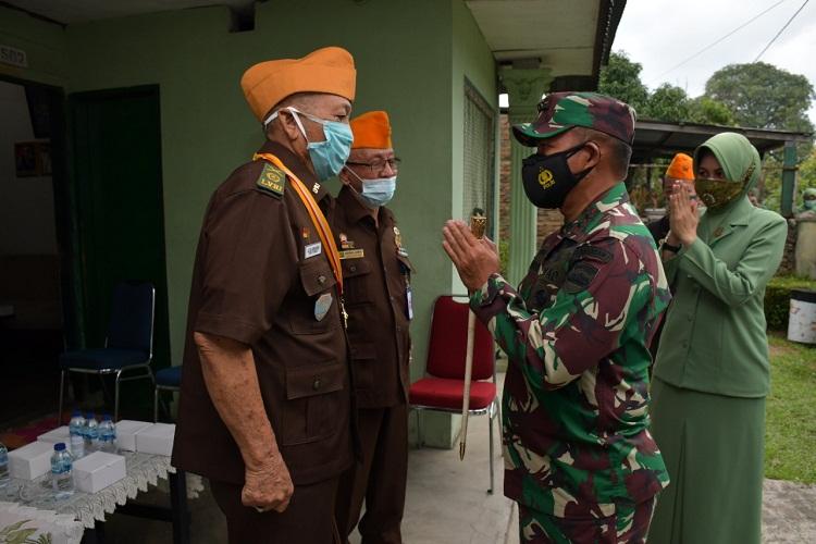 Pangdam I/BB Bersama Ketua Persit KCK Daerah I/BB Memberi Hadiah HUT Kodam Bagi Veteran