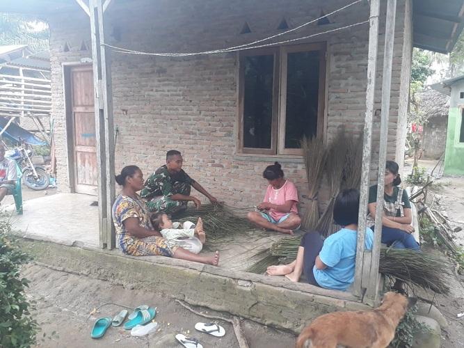 Satgas TMMD Ungkap Prospek Bisnis Batang Lidi Sawit ke Warga