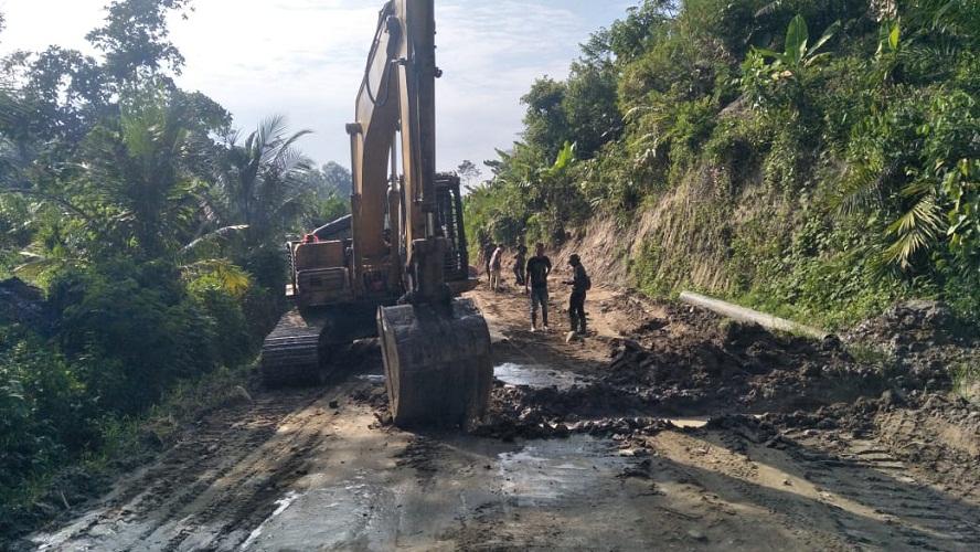 TMMD ke-111 Kodim 0204/DS, Cegah Longsor, Beckhoe Excavator Urug Tebing Jalan