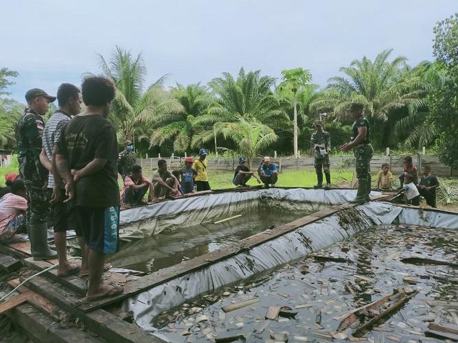TNI Ajarkan Warga untuk Budidaya Ikan Lele dari Kolam Terpal di Papua