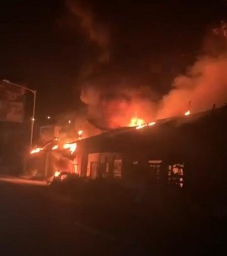 Diduga Korsleting Listrik, Bengkel Tambal Ban dan Rumah Sekaligus Warung Makan Ludes Terbakar di Kalibarumanis