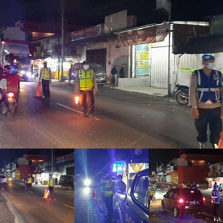 Gelar Patroli Humanis PPKM Darurat Skala Besar, Petugas Pos Penyekatan Bagikan Bansos ke Pedagang Kaki Lima