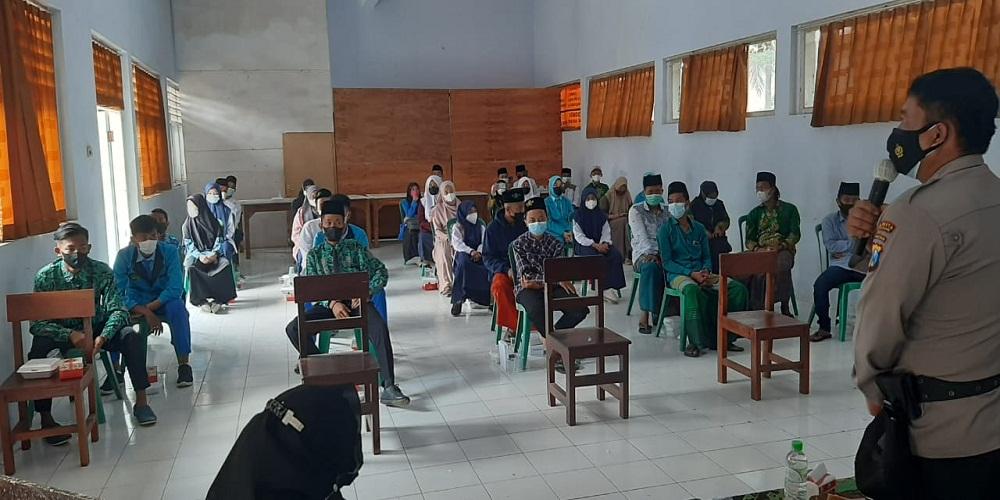 Kanit Binmas: IPNU-IPPNU Kalibaru Peringati Hut Bhayangkara ke-75, dengan Wawasan Kebangsaan kepada Perwakilan Osis