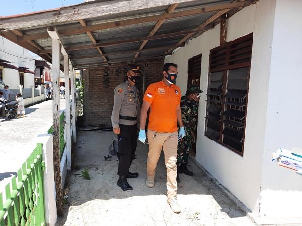 Kapolsek Bangun dan Anggota Bantu Evakuasi Penemuan Jasad Supir Angkot Membusuk di Rumahnya