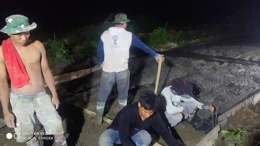 Kejar Tayang Jalan Cor Beton, Satgas TMMD Kodim 0204/DS Abaikan Dinginnya Malam