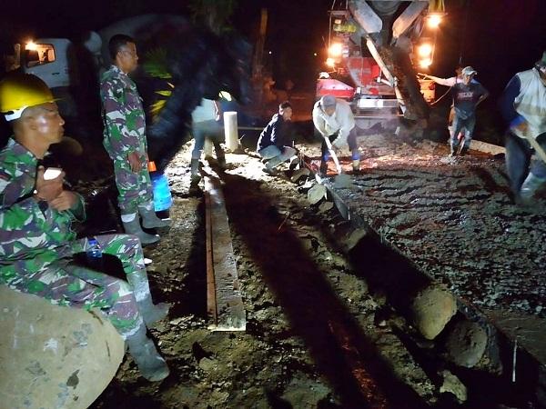Kerja Ngecor Jalan Hingga Malam, Jadi Kenangan Indah Satgas dengan Warga di TMMD Kodim 0204/DS