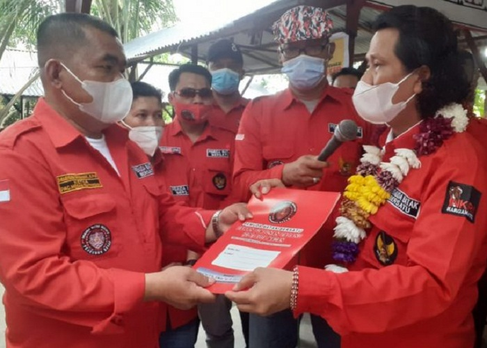 Marison Damanik Menerima PIN dari Ketua DPD PBB Sumut.