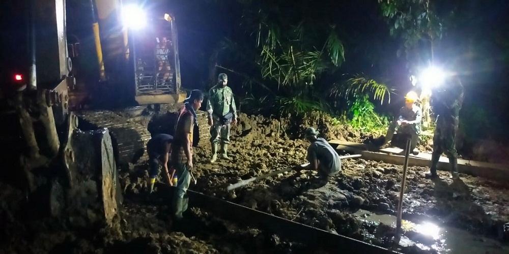 Raung Bulldozer Temani Satgas Kodim 0204/DS Pasang Mal Pengecoran Jalan TMMD Hingga Malam
