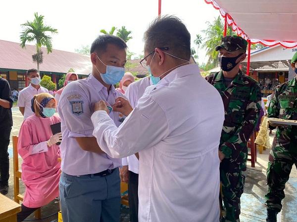 SMAN I dan SMPN I Batang Anai Ikuti Vaksin Massal Pelajar dan Dapatkan Pin dari Kodim 0308 / Pariaman