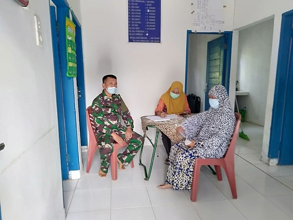 Sambil Layani Warga, Petugas Kesehatan TMMD Sosialisasi Prokes