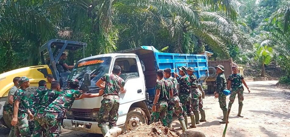 Satukan Tenaga, Satgas TMMD Kodim 0204/DS Evakuasi Truk Material Terjebak Lumpur