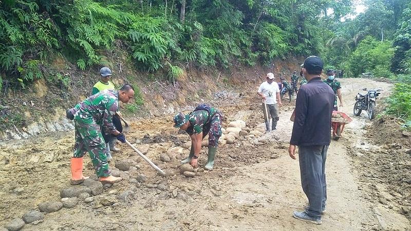Semangat Goro Satgas dan Warga Terus Menyala untuk Mantapkan Jalan TMMD 111 Kodim 0204/DS