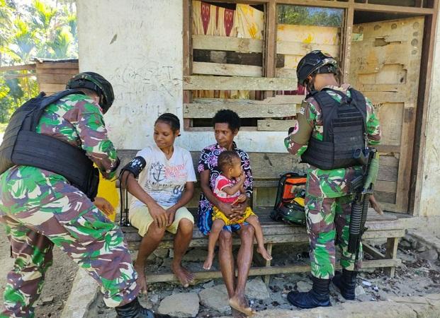 TNI Berikan Pengobatan Rutin kepada Masyarakat di Perbatasan Papua