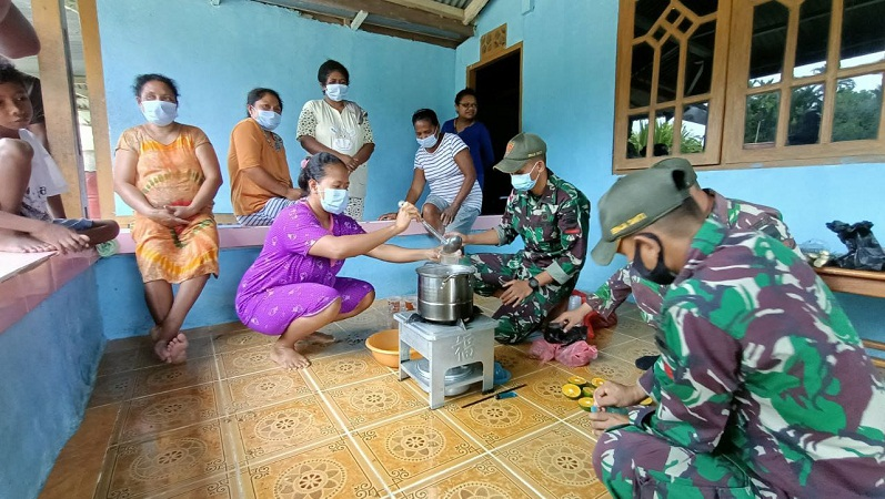 TNI Mengajarkan Pembuatan Wedang Jahe di Papua untuk Cegah Covid-19