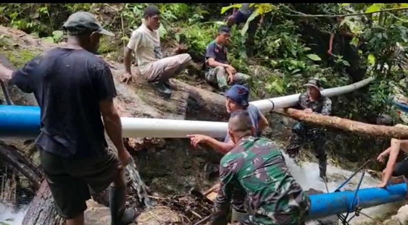 Bantu Mengatasi Kesulitan Warga, TNI Memperbaiki Saluran Pipa Sumber Air di Bukit Bougenville Skouw