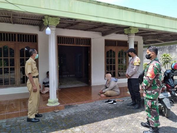 Kendalikan Covid-19 Babinsa Membantu Tracking di Dukuh Bandung