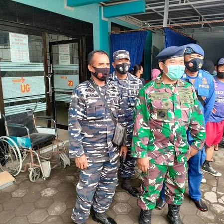 Prajurit Pos TNI AL Muncar dan Pos TNI AL Grajakan Bersama Pos Kamladu Melaksanakan Pencarian Korban Laka Laut KM Bintang Sonar