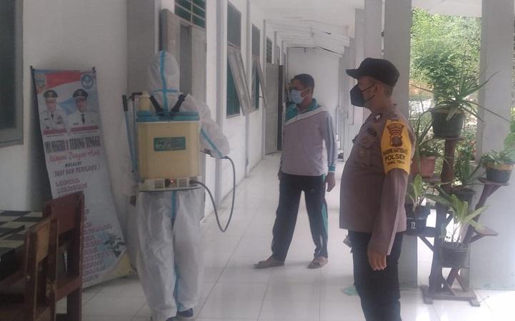 Sterilkan Tempat Pelaksanaan Gebyar Vaksinasi Tahap II Polsek Tebing Tinggi Giat Penyemprotan Disinfektan dan Bagi Masker