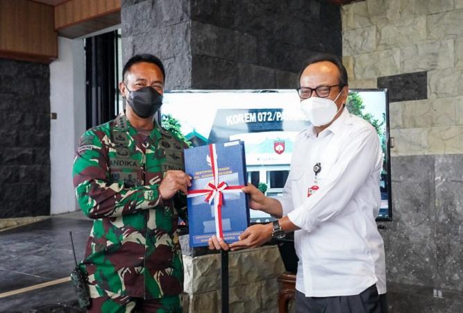 Kasad Menerima Penyerahan Sertifikat Tanah Daerah Latihan TNI AD