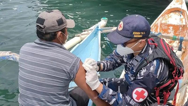 Sambut HUT ke-76 TNI AL, Pangkalan TNI AL Banyuwangi Laksanakan Serbuan Vaksinasi
