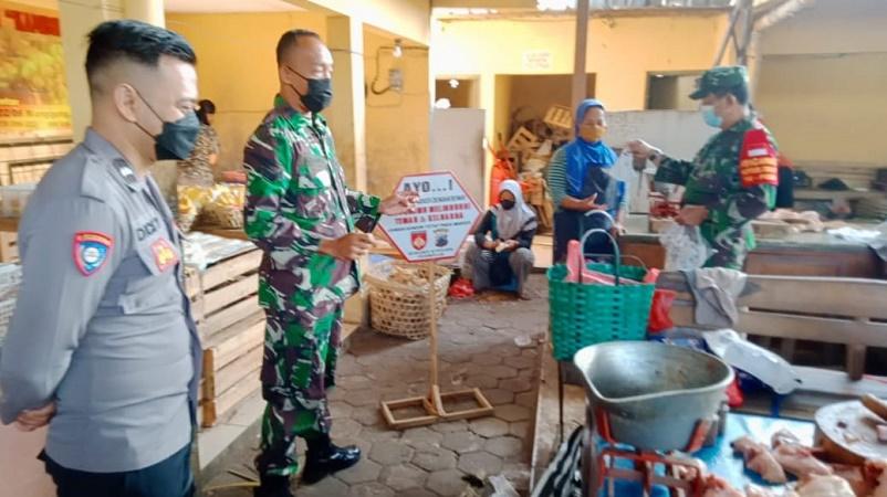TNI-Polri Sosialisasikan 5M dan Bagikan Masker Gratis di Pasar Manggung