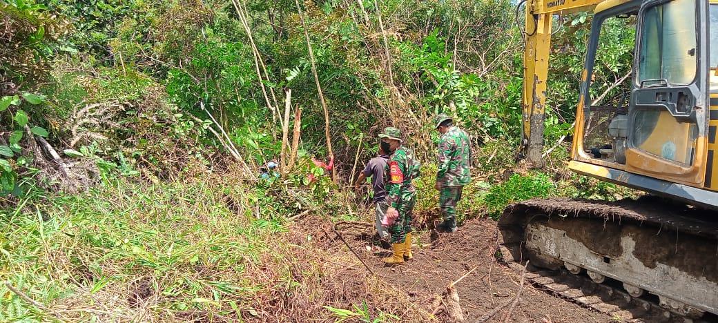 Menimbun dan Meratakan Hutan, Satgas Gunakan Alat Berat Untuk Menghubungkan Kedua Desa
