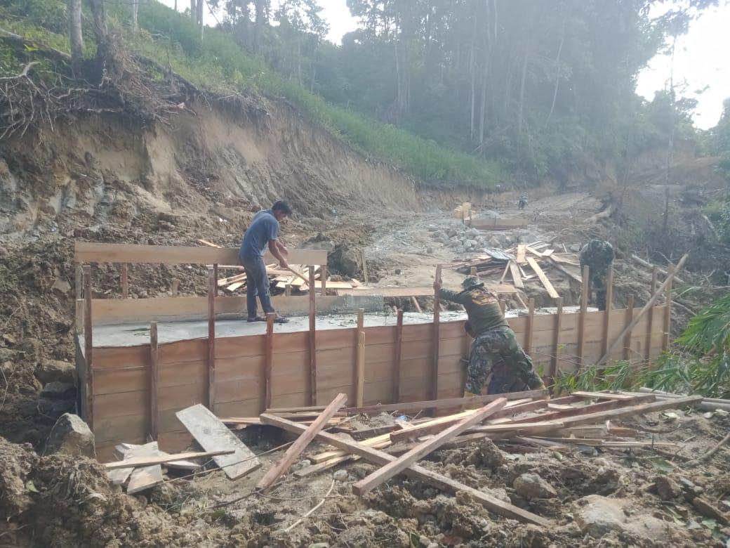 Personel Satgas Membersihkan Tanah Longsor Diatas Box Culvert yang Baru Dibangun