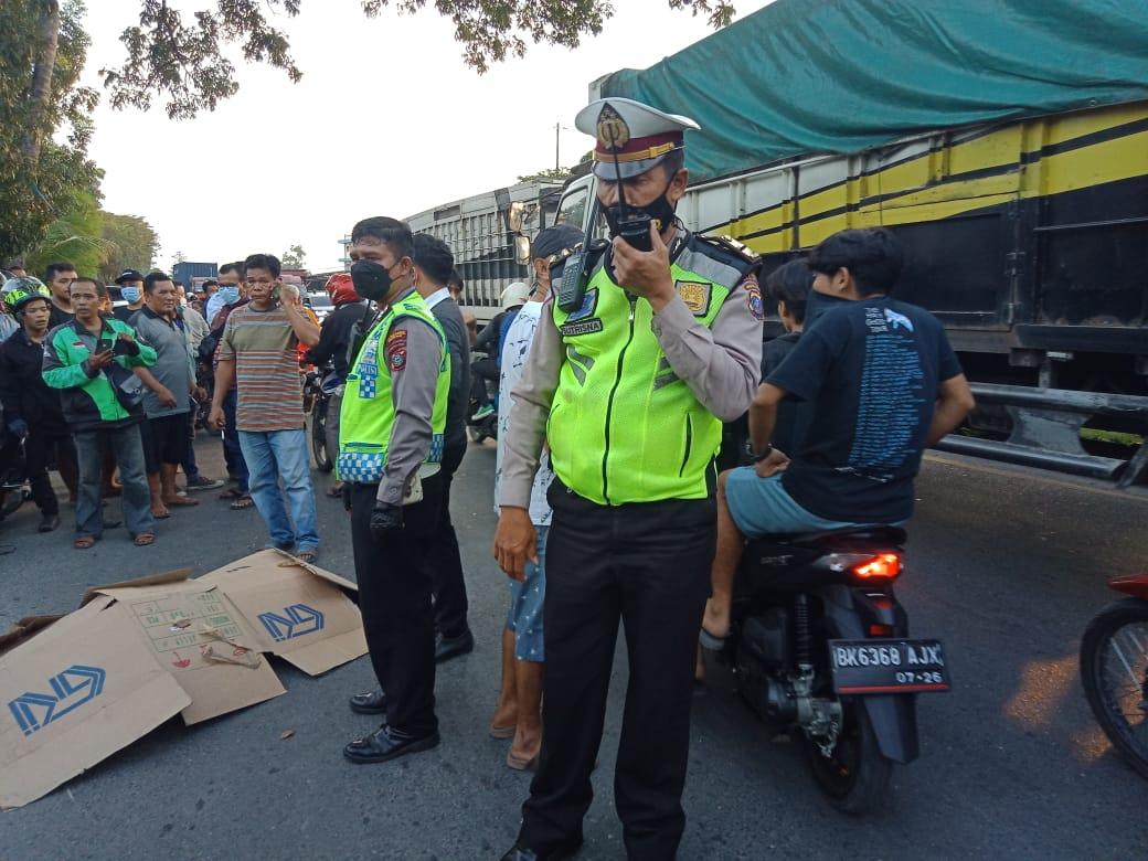 Hati - hati Menyalip! Pengendara Sepeda Motor Tewas Terlindas Dump Truck